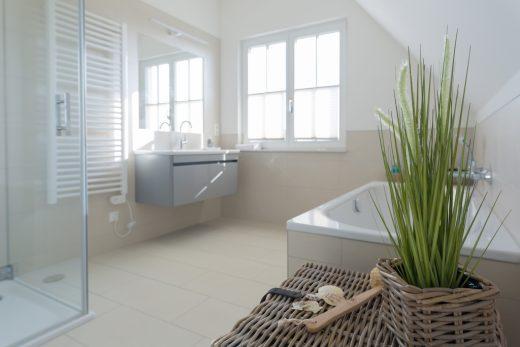 Ferienhaus Nautilus - Bad im Obergeschoss mit Dusche und Badewanne